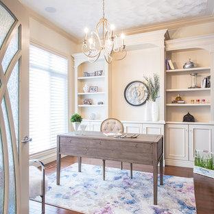 Foto di un ufficio classico di medie dimensioni con pareti viola, pavimento in legno massello medio, nessun camino, scrivania autoportante e pavimento marrone