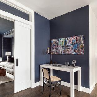 Cette image montre un bureau nordique avec un mur bleu, un sol en bois foncé, aucune cheminée et un bureau indépendant.