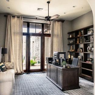 Ispirazione per un grande ufficio tradizionale con pareti grigie, scrivania autoportante e pavimento nero