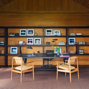 Exotisk inredning av ett hemmabibliotek, med ett fristående skrivbord