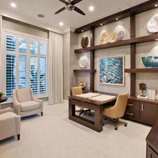 マイアミの広いトロピカルスタイルのおしゃれな書斎 (ベージュの壁、カーペット敷き、造り付け机、ベージュの床) の写真