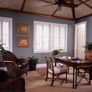 Idee per un ufficio tropicale di medie dimensioni con pareti grigie, moquette, nessun camino e scrivania autoportante