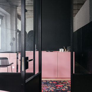 Ispirazione per uno studio scandinavo con pareti nere, pavimento in cemento e pavimento beige