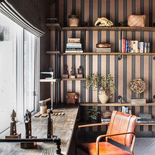 サクラメントの広いインダストリアルスタイルのおしゃれな書斎 (マルチカラーの壁、カーペット敷き、暖炉なし、造り付け机) の写真