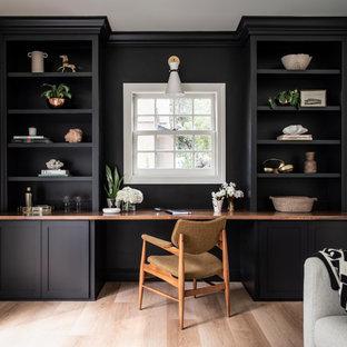 サクラメントの小さいトランジショナルスタイルのおしゃれなアトリエ・スタジオ (黒い壁、クッションフロア、造り付け机、ベージュの床) の写真