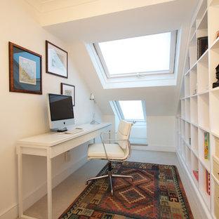 Ejemplo de despacho contemporáneo con paredes blancas, moqueta y escritorio independiente
