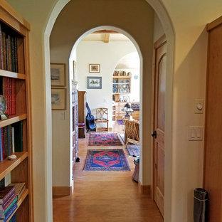 他の地域の中くらいのサンタフェスタイルのおしゃれな書斎 (緑の壁、ラミネートの床、自立型机) の写真