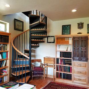 他の地域の中サイズのサンタフェスタイルのおしゃれな書斎 (緑の壁、ラミネートの床、自立型机) の写真