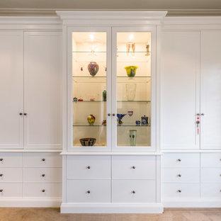 Foto di un grande ufficio classico con pareti bianche, moquette, camino classico, cornice del camino in pietra, scrivania autoportante e pavimento beige