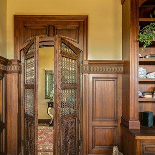 フェニックスの地中海スタイルのおしゃれな書斎 (ベージュの壁、スレートの床、自立型机) の写真