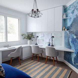 シドニーの中くらいのコンテンポラリースタイルのおしゃれな書斎 (白い壁、カーペット敷き、造り付け机) の写真