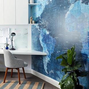 На фото: кабинет среднего размера в стиле современная классика с ковровым покрытием, встроенным рабочим столом и белыми стенами с