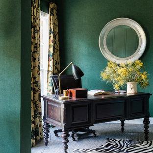 Esempio di un grande ufficio chic con pareti verdi, moquette, scrivania autoportante e pavimento grigio