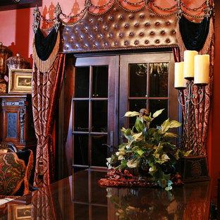 Immagine di un ampio ufficio classico con pareti rosse, nessun camino, scrivania autoportante e pavimento marrone