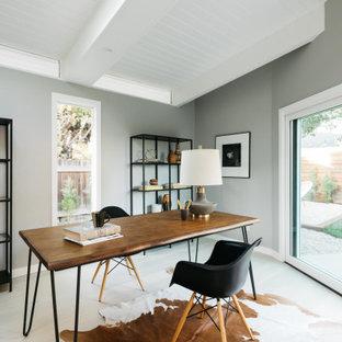 Retro Arbeitszimmer mit grauer Wandfarbe, freistehendem Schreibtisch, beigem Boden und Holzdielendecke in Los Angeles
