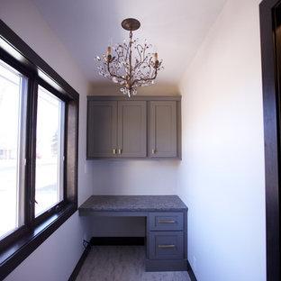 Ispirazione per un piccolo studio chic con pareti grigie, pavimento con piastrelle in ceramica, scrivania incassata e pavimento beige
