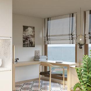 ブリュッセルの中サイズのモダンスタイルのおしゃれな書斎 (ベージュの壁、自立型机、マルチカラーの床) の写真