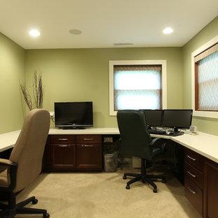 Esempio di uno studio classico di medie dimensioni con pareti verdi, moquette, scrivania incassata e pavimento beige
