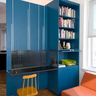 ニューヨークのコンテンポラリースタイルのおしゃれなホームオフィス・書斎 (白い壁、無垢フローリング、造り付け机) の写真