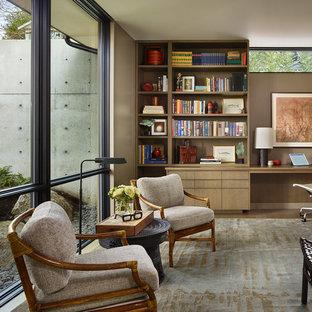 Idéer för ett modernt arbetsrum, med bruna väggar, mellanmörkt trägolv, ett inbyggt skrivbord och brunt golv