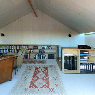 ロンドンの小さい北欧スタイルのおしゃれな書斎 (ベージュの壁、カーペット敷き、造り付け机、ベージュの床) の写真