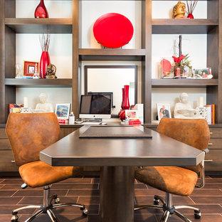 オーランドの大きいアジアンスタイルのおしゃれなホームオフィス・書斎 (白い壁、濃色無垢フローリング、暖炉なし、造り付け机、茶色い床) の写真