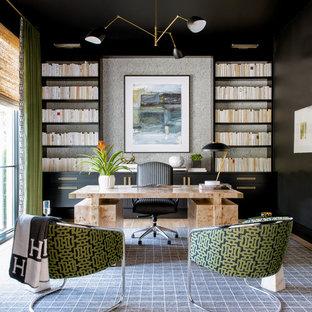 Foto di uno studio contemporaneo con pareti nere, moquette, scrivania autoportante e pavimento grigio