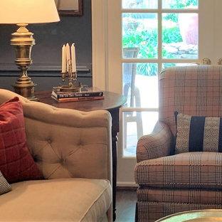ヒューストンの小さいトラディショナルスタイルのおしゃれなホームオフィス・書斎 (ライブラリー、青い壁、茶色い床、無垢フローリング、羽目板の壁) の写真