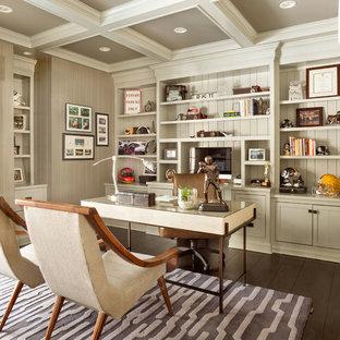 Mittelgroßes Klassisches Arbeitszimmer mit Arbeitsplatz, grauer Wandfarbe, dunklem Holzboden und freistehendem Schreibtisch in New York