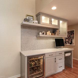 ポートランドの中サイズのコンテンポラリースタイルのおしゃれなアトリエ・スタジオ (白い壁、淡色無垢フローリング、コーナー設置型暖炉、木材の暖炉まわり、造り付け机、茶色い床) の写真
