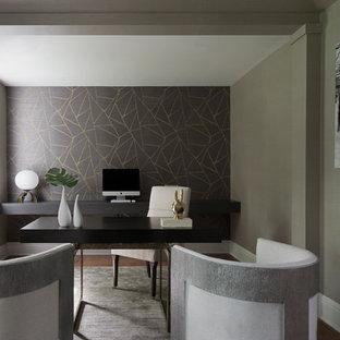 Ispirazione per uno studio chic di medie dimensioni con pareti grigie, parquet scuro, camino classico, cornice del camino piastrellata, scrivania autoportante e pavimento grigio