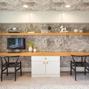 Идея дизайна: кабинет в современном стиле с серыми стенами, встроенным рабочим столом, серым полом, потолком с обоями и обоями на стенах