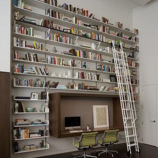 ニューヨークのコンテンポラリースタイルのおしゃれなホームオフィス・仕事部屋 (白い壁、造り付け机、黒い床) の写真