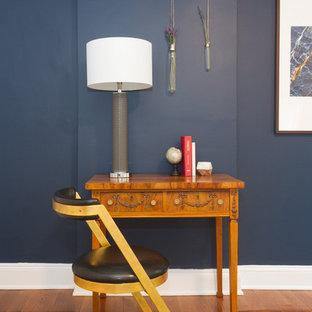 Réalisation d'un petit bureau nordique avec un mur bleu, un sol en bois brun, aucune cheminée, un bureau indépendant et un sol marron.