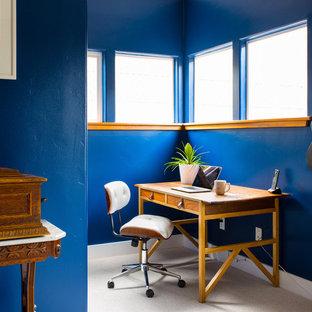 サンフランシスコのエクレクティックスタイルのおしゃれな書斎 (青い壁、カーペット敷き、自立型机、暖炉なし、ベージュの床) の写真