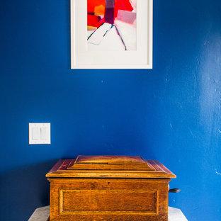サンフランシスコのエクレクティックスタイルのおしゃれな書斎 (青い壁、カーペット敷き、暖炉なし、自立型机、ベージュの床) の写真