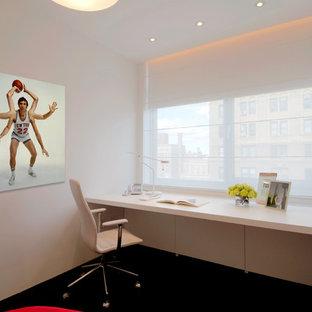 ニューヨークのモダンスタイルのおしゃれなホームオフィス・仕事部屋 (造り付け机、黒い床) の写真