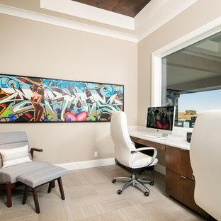 Foto di un grande studio chic con pareti marroni, pavimento in gres porcellanato, nessun camino, scrivania incassata e pavimento marrone