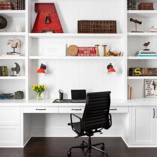 ニューヨークの広いカントリー風おしゃれな書斎 (造り付け机、白い壁、濃色無垢フローリング、茶色い床) の写真