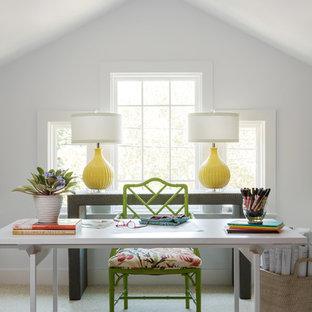 Imagen de estudio bohemio, de tamaño medio, sin chimenea, con paredes blancas, moqueta, escritorio independiente y suelo blanco
