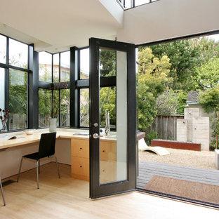 サンフランシスコの小さいコンテンポラリースタイルのおしゃれなホームオフィス・書斎 (白い壁、竹フローリング、造り付け机、ベージュの床) の写真