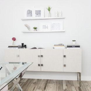 フェニックスの中くらいのトランジショナルスタイルのおしゃれな書斎 (白い壁、磁器タイルの床、暖炉なし、自立型机、グレーの床) の写真