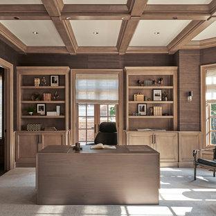 Inspiration pour un bureau traditionnel avec un mur marron, moquette, aucune cheminée, un bureau indépendant et un sol gris.