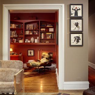 Foto di un ufficio design di medie dimensioni con pareti rosse, parquet chiaro, camino ad angolo, cornice del camino in mattoni e scrivania autoportante