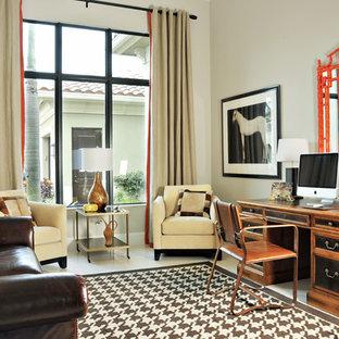 Mittelgroßes Klassisches Arbeitszimmer ohne Kamin mit Arbeitsplatz, beiger Wandfarbe, freistehendem Schreibtisch und Marmorboden in Miami
