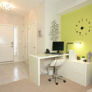トロントの小さいコンテンポラリースタイルのおしゃれな書斎 (緑の壁、セラミックタイルの床、自立型机、白い床) の写真