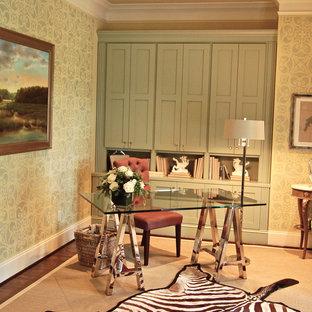 Cette photo montre un bureau chic de taille moyenne avec un mur multicolore, un sol en bois foncé, un bureau indépendant et un sol marron.