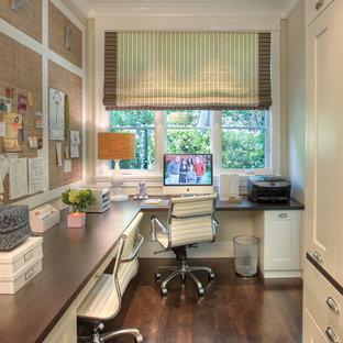 Diseño de despacho clásico renovado con escritorio empotrado