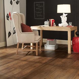 Esempio di un ufficio scandinavo di medie dimensioni con pareti nere, pavimento in legno massello medio, nessun camino e scrivania autoportante