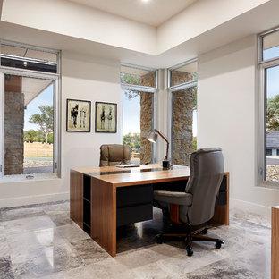 Exemple d'un bureau moderne de taille moyenne avec un mur gris, un sol en calcaire et un bureau indépendant.